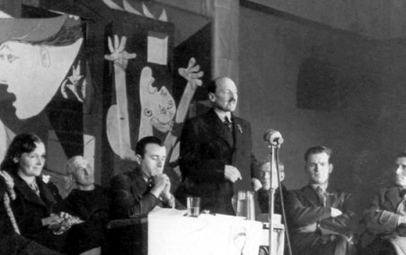 b4570989b7313010_clement-atlee-speaks-before-picassos-guernica-at-the-whitechapel-gallery[1]